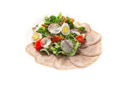 Салат с говяжьим языком и имбирным соусом