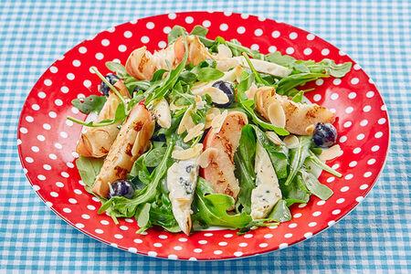 Салат с печеным персиком и голубым сыром