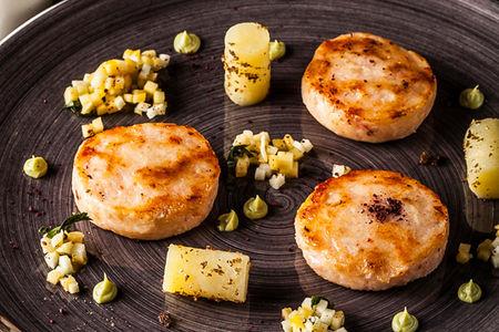 Крабовые котлеты с чатни из яблок с картофелем