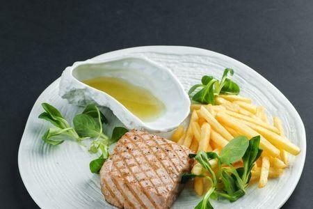 Стейк из тунца с картофелем «Фри»