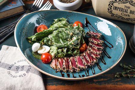 Салат с тунцом гриль и шпинатом
