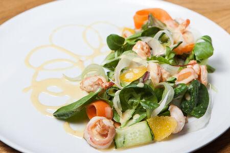 Салат с хрустящими овощами и креветками
