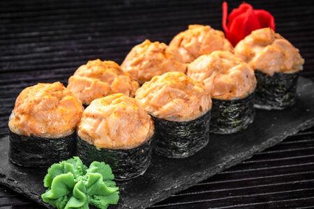 Запеченный острый ролл с лососем