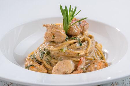 Спагетти с креветками и шпинатом