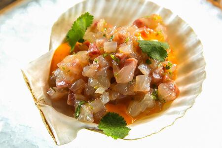 Севиче из сибаса со сладким соусом чили и кинзой
