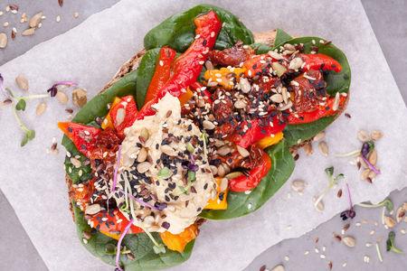 Тост с хумусом и печенными овощами