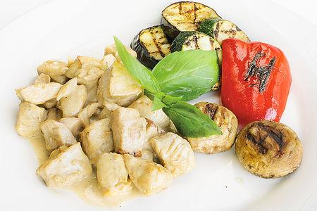 Куриная грудка с овощами под сырным соусом