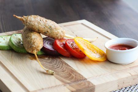Куриный кебаб с печеными овощами
