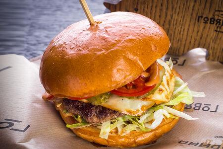 Бургер с говядиной и копченым сыром