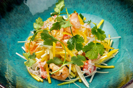 Тайский салат с кальмаром и креветкой