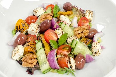 Салат овощной с печеным перцем и опаленной Фетой