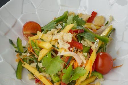 Салат с манго и рыбными чипсами
