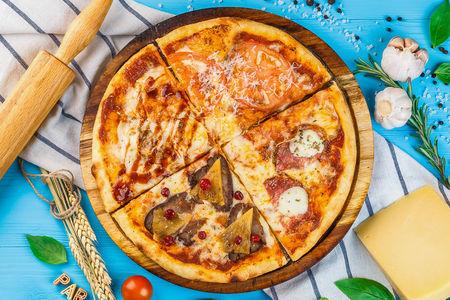 Пицца с салями и мини-моцареллой