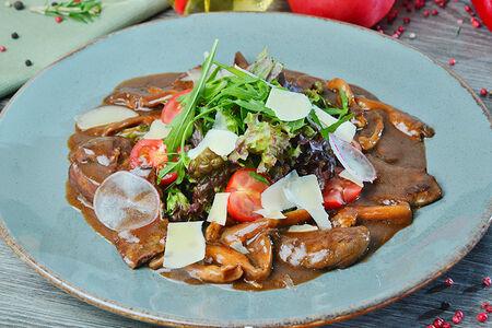 Теплый салат из печени кролика с вешенками под сыром пармезан