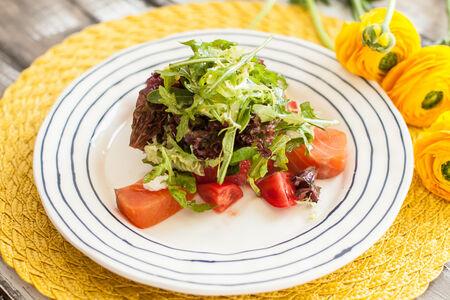 Салат Копченый лосось с листьями салата и помидорами