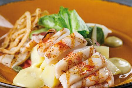 Тёплый картофельный салат с дальневосточным кальмаром