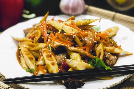 Жареный бамбук со свининой