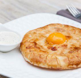 Большой пирог с семгой и яйцом
