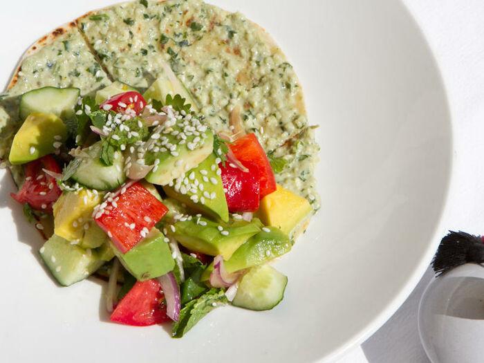 Овощной салат фатуш на тонкой лепёшке