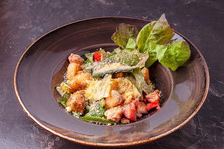 Теплый салат с индейкой в индийском соусе