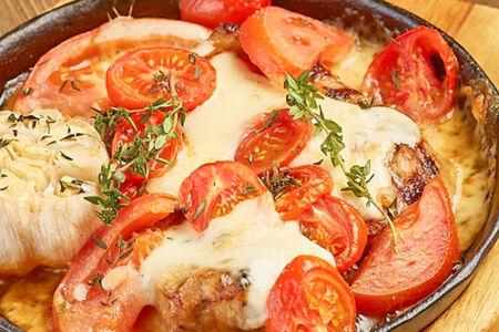 Стейк из свинины с томатами и сулугуни
