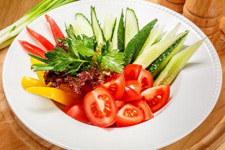 Ассорти свежих овощей и трав