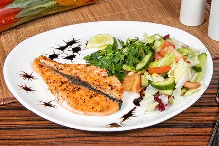 Стейк из лосося гриль с овощным гарниром