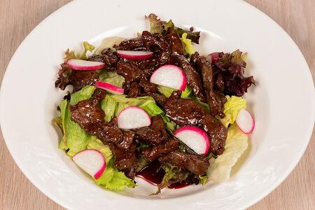 Теплый салат из говядины с соусом барбекю