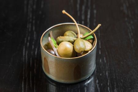 Сочные оливки и каперсы