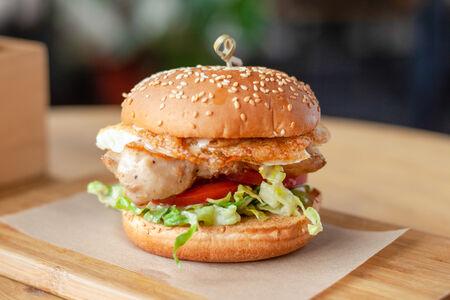 Бургер с курицей и соусом цезарь