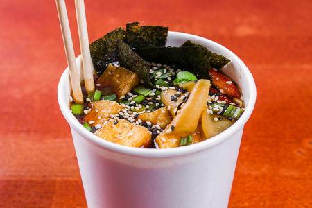 Суп рамен с тофу и пшеничной лапшой