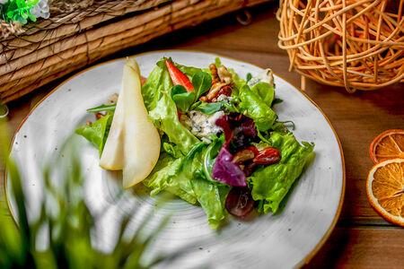 Салат с сыром с благородной плесенью