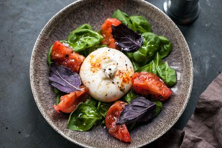 Буррата с томатами и молодым шпинатом