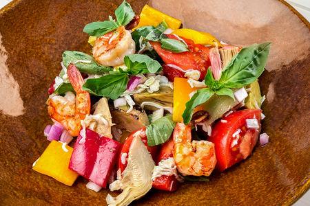 Средиземноморский салат с крабом