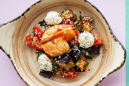 Салат с хрустящим баклажаном и тигровыми креветками