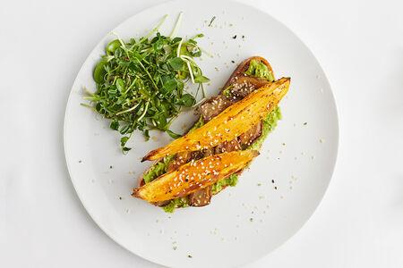 Авокадо-тост с грибами и запеченным бататом