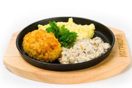 Котлета Пожарская с картофельным пюре и грибным соусом