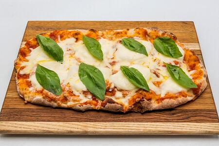 Римская пицца с моцареллой и томатами