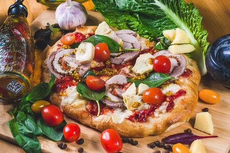 Пицца с поркеттой и артишоками