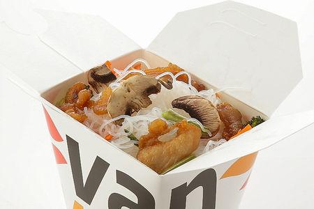 Рисовая лапша вок с куриной грудкой и шампиньонами в соусе