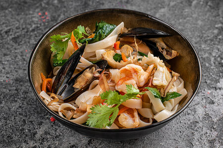 Вок Креветка, кальмар и мидия с рисовой лапшой