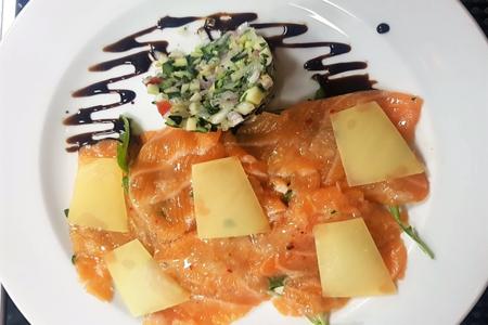 Карпаччо из свежего лосося с овощным тар-таром и лимонной сальсой