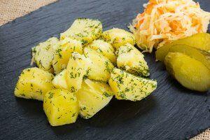 Картофель отварной с чесноком и укропом