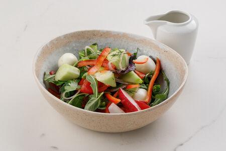 Салат из сезонных овощей с перепелиными яйцами