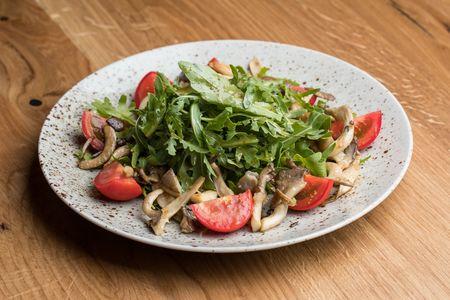 Теплый салат с вешенками, томатами и рукколой