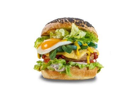 Бургер с курицей, голубой грушей и жаренным яйцом