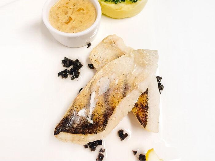 Филе судака с соусом из белых грибов и картофельным пюре
