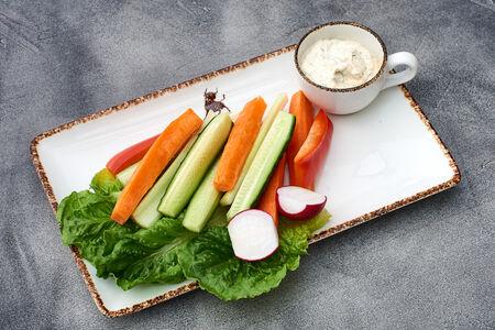 Хрустящие свежие овощи с соусом
