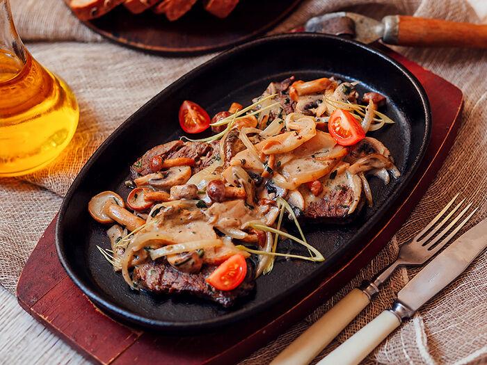 Томленая говядина в соусе из лесных грибов