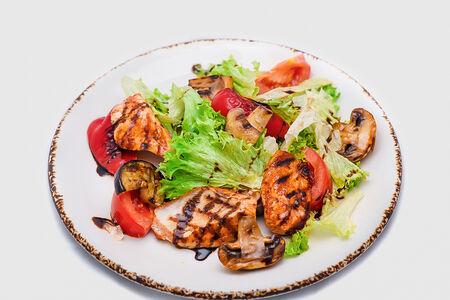 Салат с курицей и овощами гриль